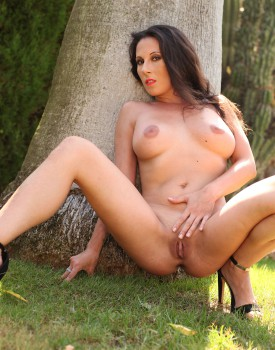 Milf Noemi Has a Threeway With Two Hard Cocks Outside-0